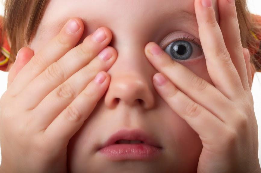 Ребенок мигает глазами