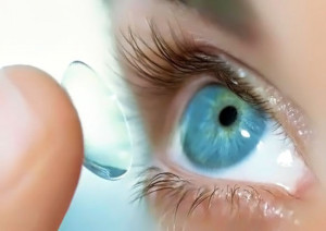 Почему контактная линза не прилипает к глазу